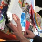 Mirant llibres a la parada d'ABD