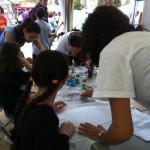Muchos niños y niñas pasaron por el taller de camisetas