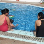 Les mares a la piscina