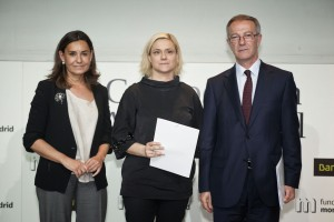 Laura Piñeiro, delegada a Madrid d'ABD, recull el conveni.