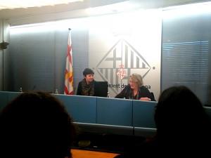 Laia Ortiz , directora del Área de Derechos Sociales, y Teresa Crespo, presidenta de Ecas, presentan el nuevo programa